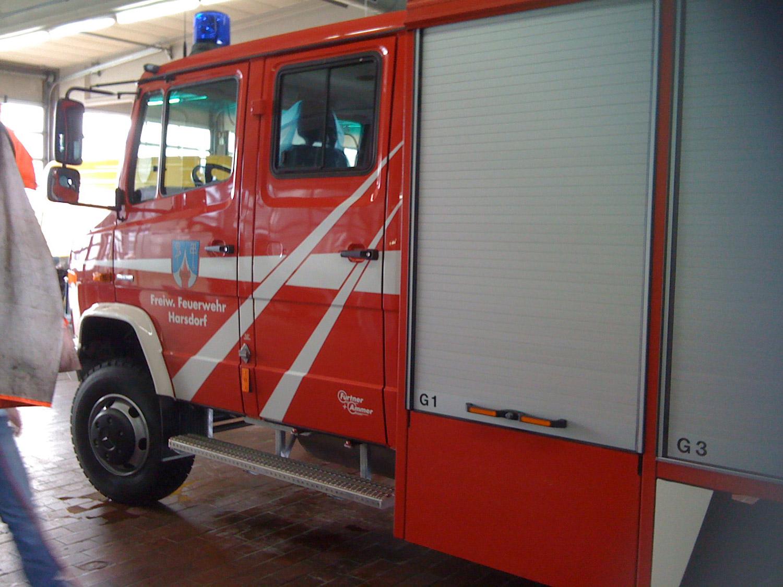 Beklebung eines Feuerwehrautos mit Reflexfolie