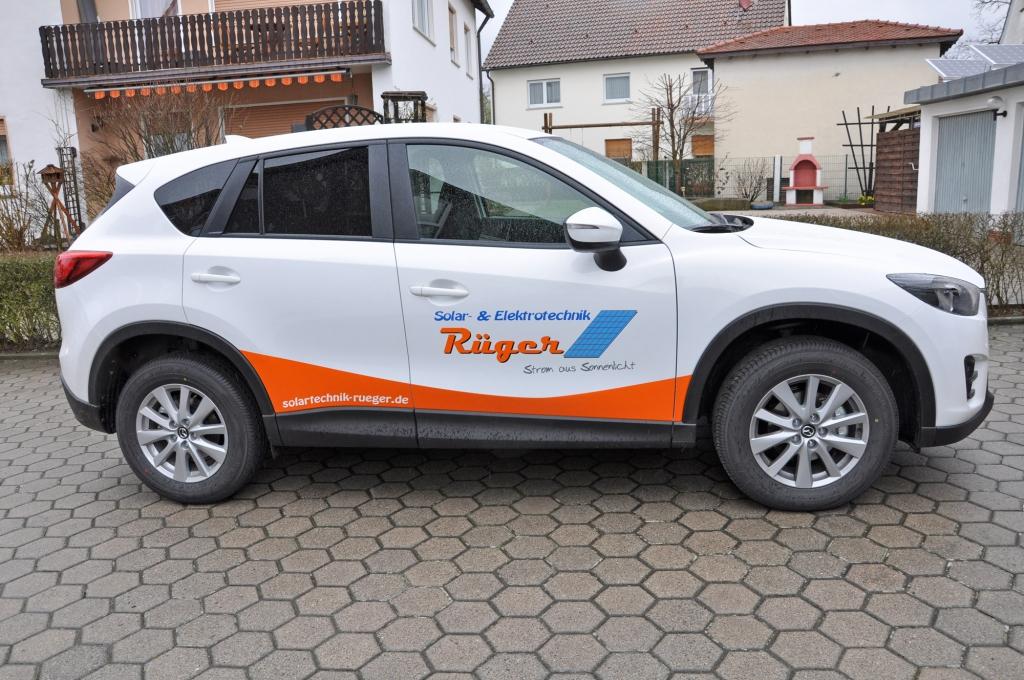Mazda mit Folienbeschriftung
